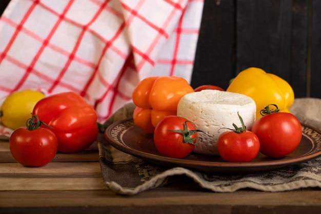 Płyta z serem i pomidorem na kawałku ręcznika