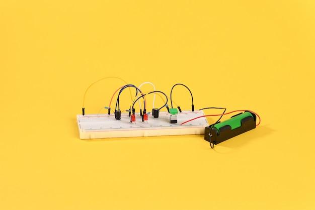 Płytka do krojenia chleba z obwodem multiwibratora elementów elektrycznych