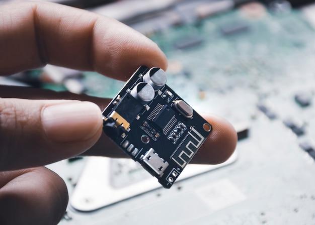 Płytka drukowana sygnału odbiornika audio na mechanicznej dłoni