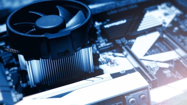 Płytka drukowana. technologia elektronicznego sprzętu komputerowego. cyfrowy układ scalony płyty głównej. tech nauki tło. zintegrowany procesor komunikacyjny. komponent inżynierii informacyjnej. niebieski kolor.