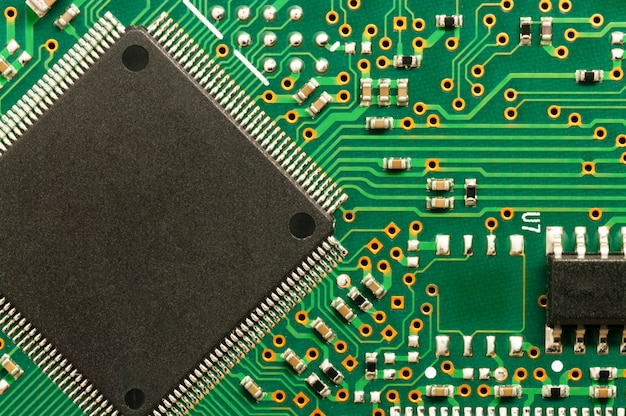 Płytka elektroniczna pcb z mikroprocesorem.