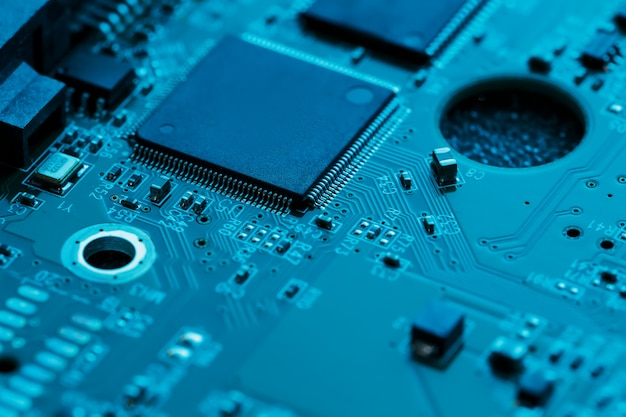 Płytka elektroniczna z bliska, procesor, układy scalone i kondensatory.