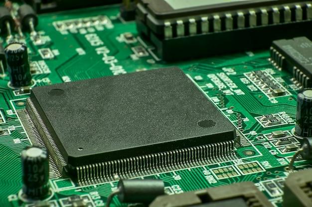 Płytka elektroniczna z widocznymi elementami procesor, układy scalone
