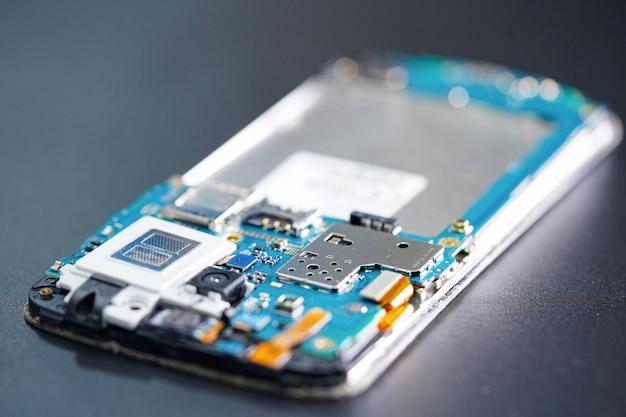 Płytka główna mikroukładu technologii elektronicznej smartfona.
