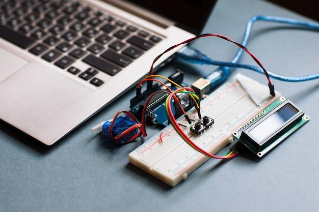 Płytka prototypowa podłączona do komputera