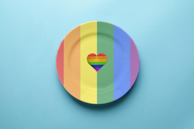 Płytka w kolorach flagi lgbt. koncepcja flaga dumy. romantyczna festiwalowa impreza lgbt. umów się z samotną lesbijką, gejem, biseksualistą lub transseksualistą w kawiarni.