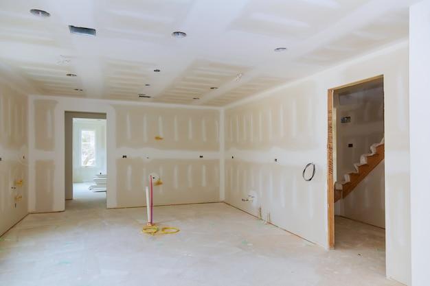 Płytki gipsowe są zawieszane w projekcie przebudowy pomieszczenia kuchennego