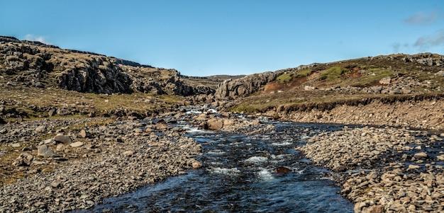 Płytki rzeczny strumień natury teren w wsi