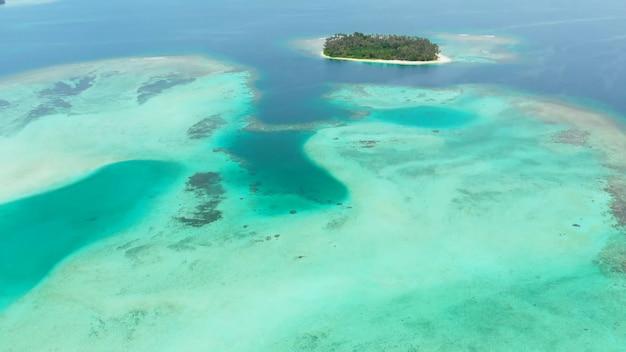 Płytkie rafy z czystą wodą letnie wyspy