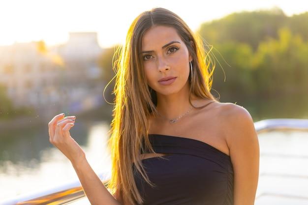 Płytkie ujęcie młodej kobiety rasy kaukaskiej stojącej na moście