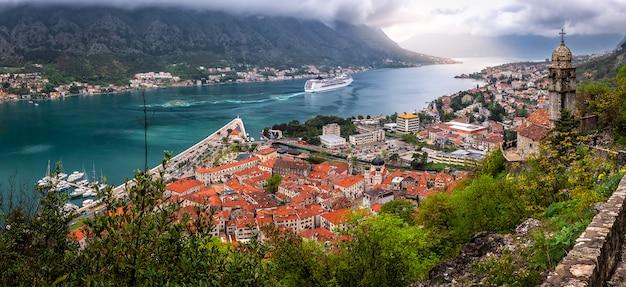 Pływa statkiem po morzu w kotor, montenegro