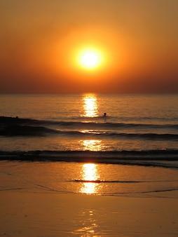 Pływać o zachodzie słońca