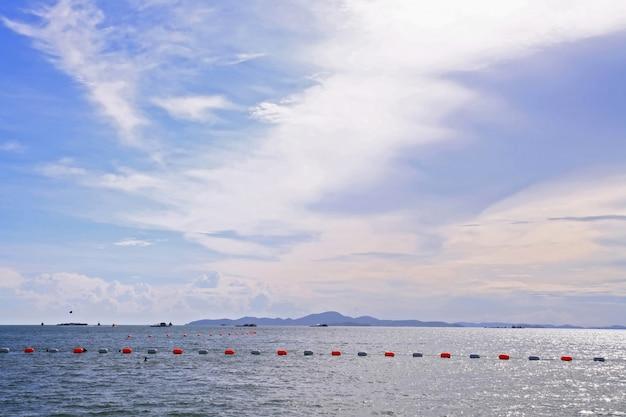 Pływacka strefa przy pattaya plażą tajlandia