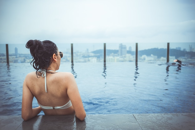 Pływacki basen na dachu wierzchołku z pięknym miasto widokiem, seascape miasta widok, pattaya, tajlandia