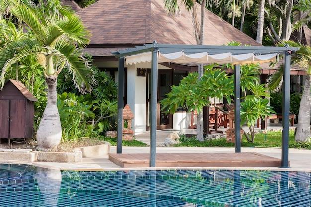 Pływacki basen przy nowożytnym luksusowym hotelem, samui, tajlandia