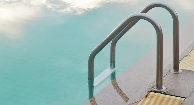 Pływacki basen z schodkiem przy hotelem w tajlandia