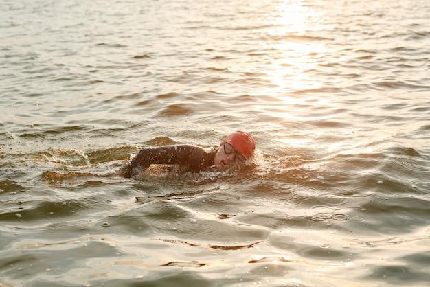 Pływaczka pływająca w jeziorze podczas zawodów