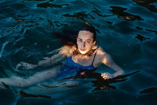 Pływaczka pozowanie podczas pływania w wodzie