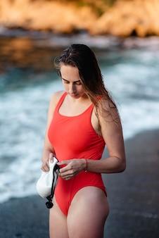 Pływaczka trzymając okulary pływackie