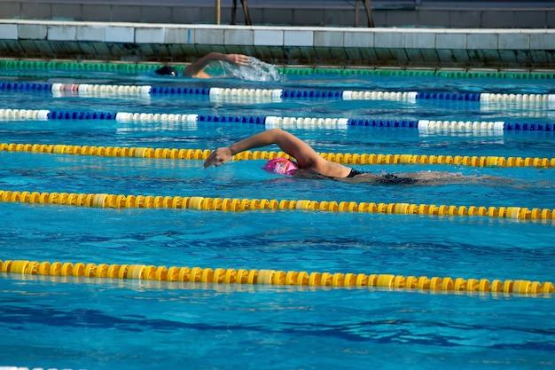 Pływaczka w odkrytym basenie
