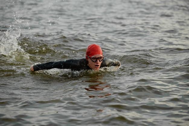 Pływaczka w stroju kąpielowym i okularach po treningu sportowym w morzu na zewnątrz