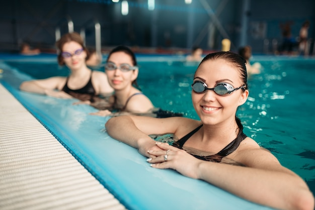 Pływaczki w okularach na treningu w basenie. kobiety w strojach kąpielowych na treningu, sporty wodne