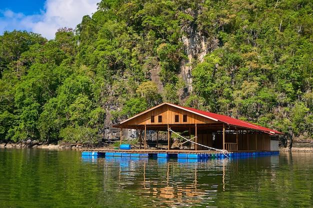 Pływająca hodowla ryb na wyspie langkawi w malezji.