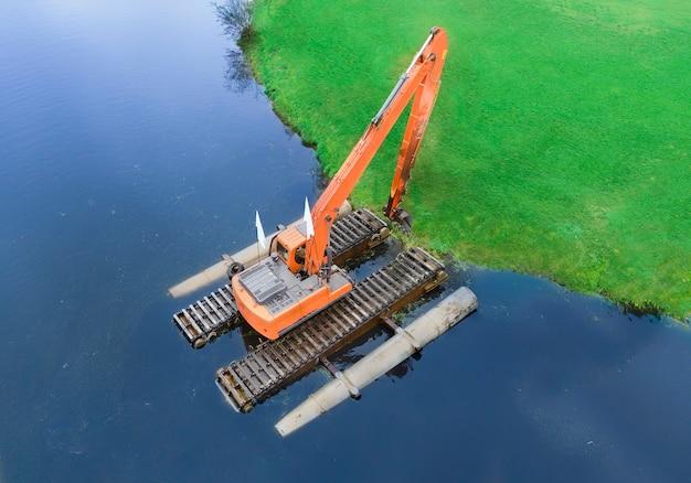 Pływająca koparka do czyszczenia stawów