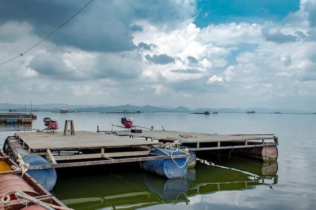 Pływająca tratwa wykonana ze stalowego i plastikowego wiaderka z silnikami łodziowymi.