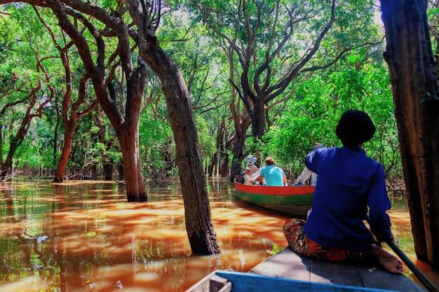 Pływająca wioska rybacka w porze suszy