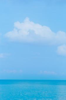 Pływające chmury, puszyste kolory na tle błękitnego nieba i morza