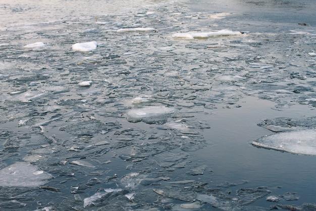 Pływające kry na rzece w sezonie wiosennym. lód topi się na rzece. zamarznięta rzeka