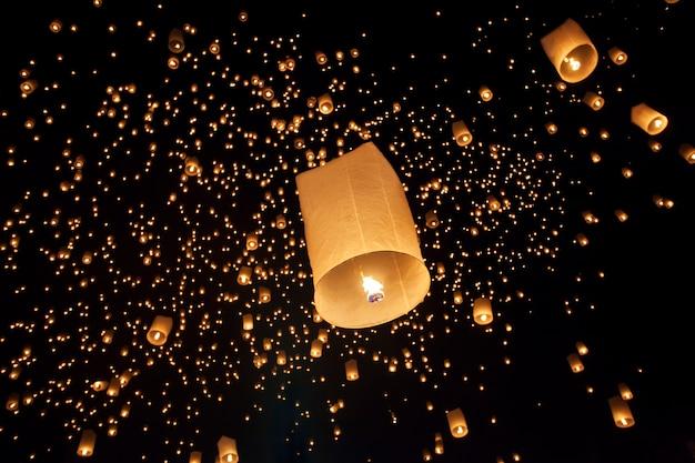 Pływające lampiony azjatyckie na festiwalu yee-peng, chiang mai tajlandia