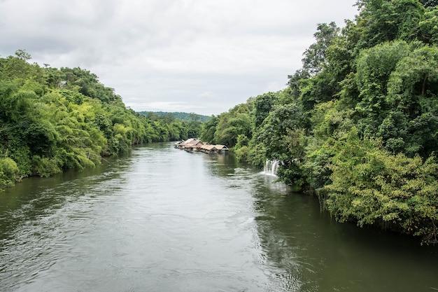 Pływający dom w rzece kwai sai yok yai wodospad kanchanaburi w tajlandii