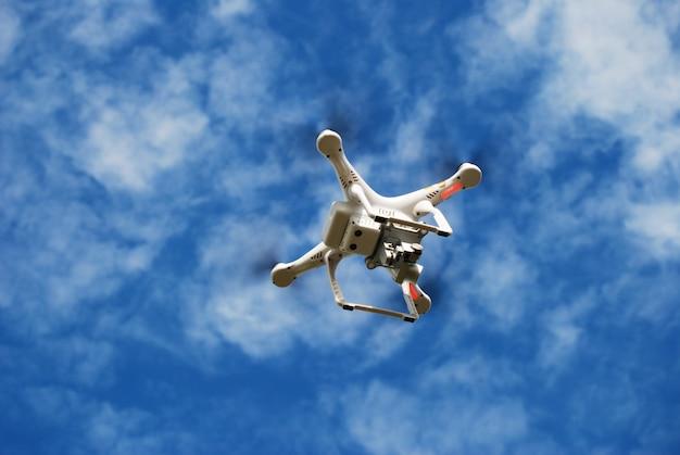 Pływający drone na niebie
