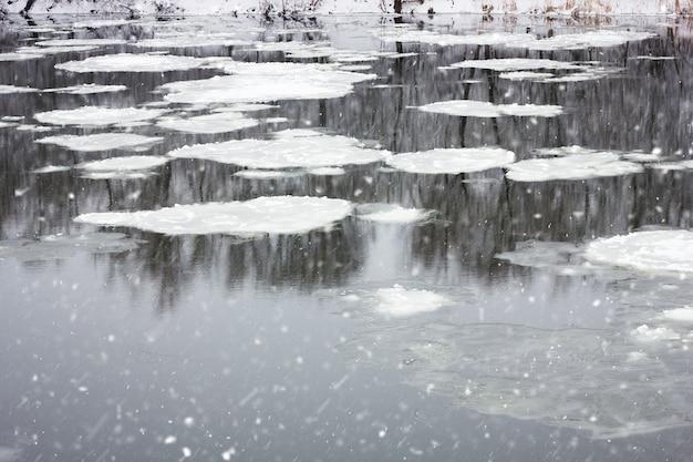 Pływający dziadek na rzece zimą, zimowy krajobraz, wiosenne powodzie