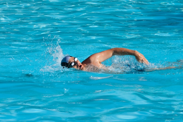 Pływający mężczyzna