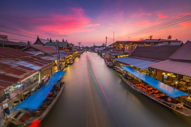Pływający targ amphawa po południu, najsłynniejszy pływający rynek i kulturalna miejscowość turystyczna.
