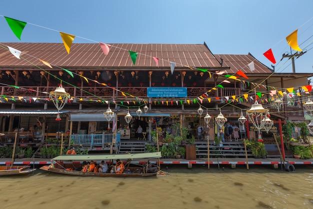 Pływający targ lao-tuk-luck to najstarszy pływający rynek w damnoen saduak, ratchaburi pronvince, tajlandia
