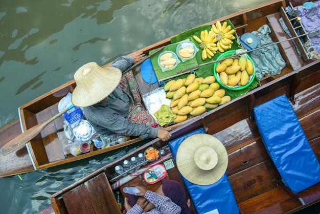 Pływający targ w tajlandii.damnoen damnoen saduak pływających w ratchaburi