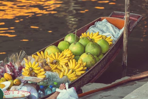 Pływający targ w tajlandii.