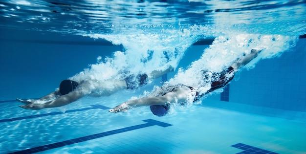 Pływak skacz ze skakania na platformie kąpielisko.na zdjęciu podwodnym