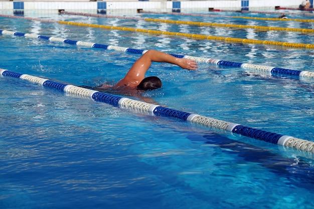 Pływak w dużym odkrytym basenie