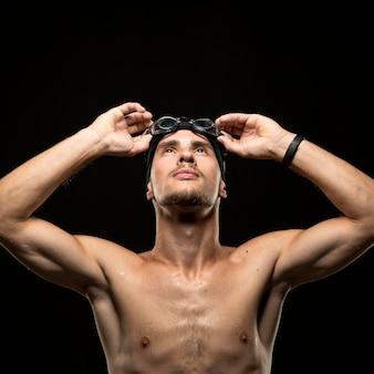 Pływak w połowie strzału patrząc w górę
