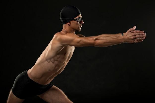 Pływak w połowie strzału wyciągający się