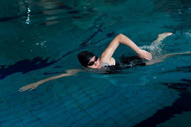 Pływak z pełnym strzałem w basenie