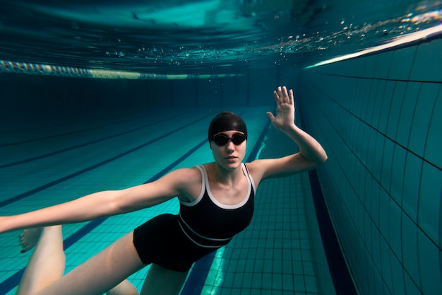 Pływak ze średnim strzałem w stroju kąpielowym