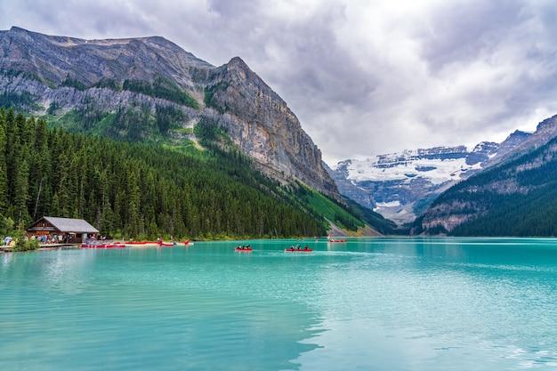 Pływanie kajakiem po jeziorze louise w letni dzień