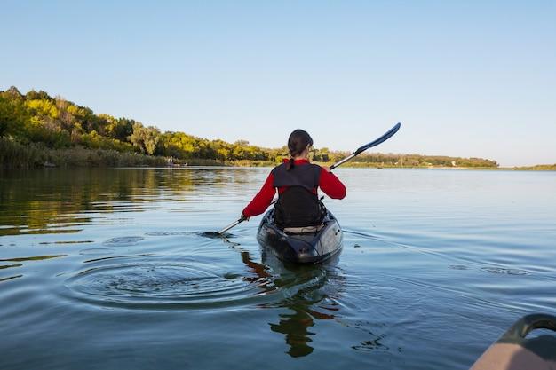 Pływanie kajakiem po rzece w sezonie letnim