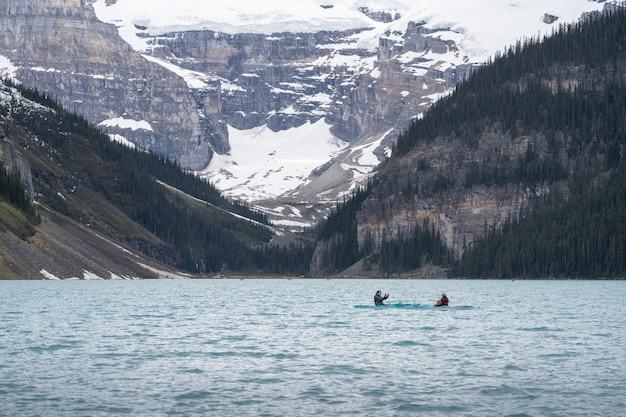 Pływanie kajakiem pod lodowcem, w lake louise, park narodowy banff, kanada